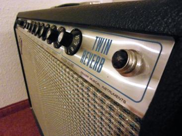 Fender Twin Reverb aus dem Jahr 1972. (Siehe Fotos Serial A 40155 und innen Foto March 14 1972 by Richard Hand). Bestückt ist er mit 2×12″ Utah Speakern. Der Amp […]