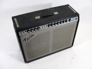 Fender Twin Reverb aus den 70er Jahren. Schönes Stück! Bestückt ist er mit 2×12″ Speakern. Einmal der originale CTS Speaker und einmal ein nagelneuer Jensen C12N. Der C12N von Jensen […]