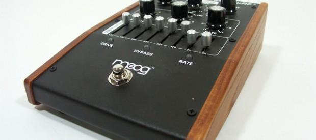 Der Moogerfooger BassMuRF MF-105B ist der oberamtliche Enveloper Synthie Lowpass Filter für den Bassisten der das analoge Bratzeln mag.Moog selber nennt das: Multiple Resonance Filter Array. Das Signal läuft quasi […]